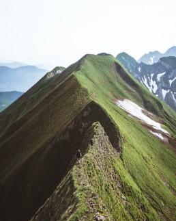 Grüner Berggrat mit Wanderer